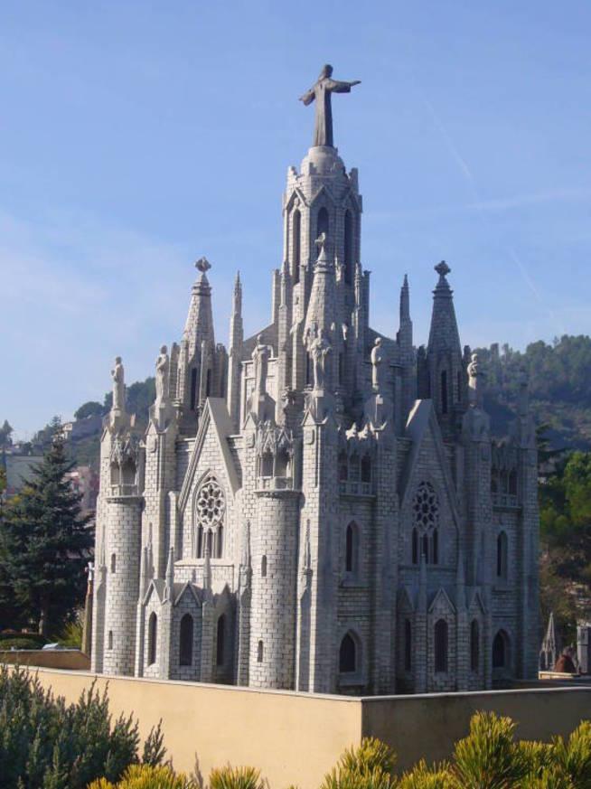 El primer templo dedicado al Sagrado Corazón en el Tibidabo se construyó gracias a su donación.