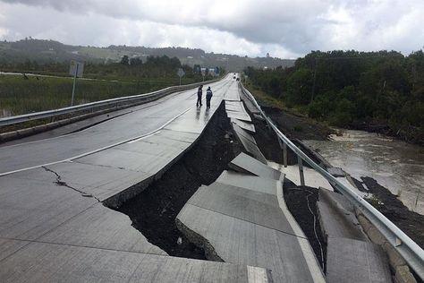 Personas caminan por una carretera destruida hoy, domingo 25 de diciembre de 2016, en Tarahuin, en la isla de Chiloe, localidad distante a 1.250 km. al sur de Santiago (Chile). Foto:EFE