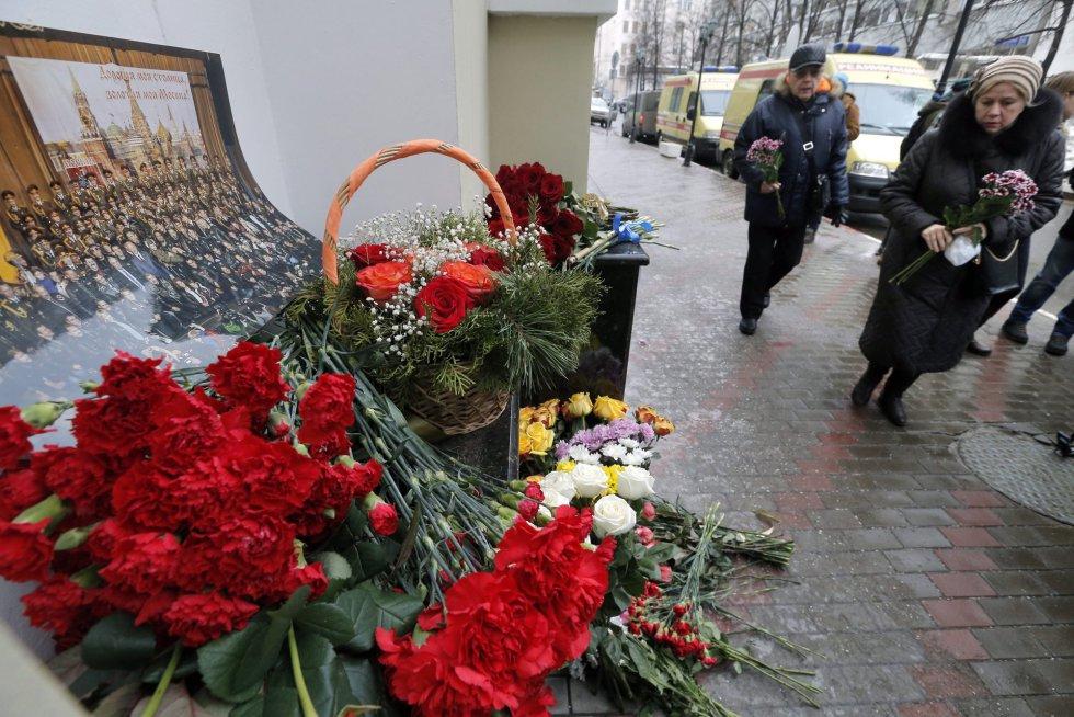 El ministro de Defensa ruso, Sergei Shoigu, ha confirmado que no hay supervivientes en el siniestro del avión militar ruso Tupolev Tu-154, que se ha estrellado en el mar Negro cerca de la localidad de Sochi con 93 personas a bordo. En la imagen, altar improvisado en la sede del coro militar del Ejército ruso en Moscú, el 25 de diciembre de 2016.