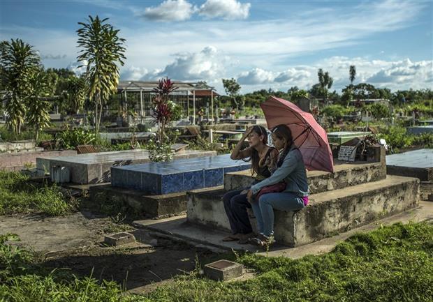 Yamilet Lugo visita la tumba de su hijo, en Maturín