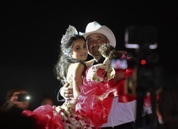 Rubí Ibarra y su padre, don Cresencio Ibarra, bailando durante los festejos (EFE)