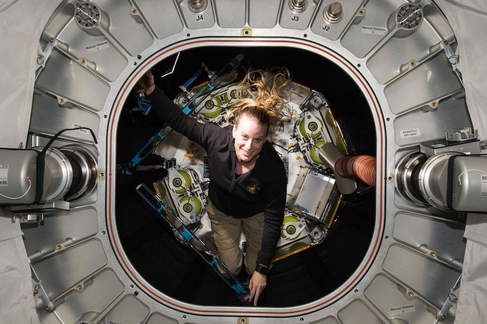 La astronauta estadounidense Kate Rubins inspecciona el modulo inflable BEAM (Bigelow Aerospace Expandable Activity Module) testado por primera vez en septiembre en la Estación Espacial Internacional y que será un importante recurso para las exploraciones espaciales futuras (NASA)