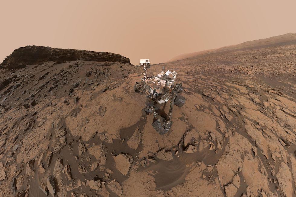 Un autorretrato del rover Curiosity cerca de Aeolis Mons en Marte. La imagen fue obtenida juntando 60 fotos de la cámara ubicada sobre el brazo robotico del rover (NASA)