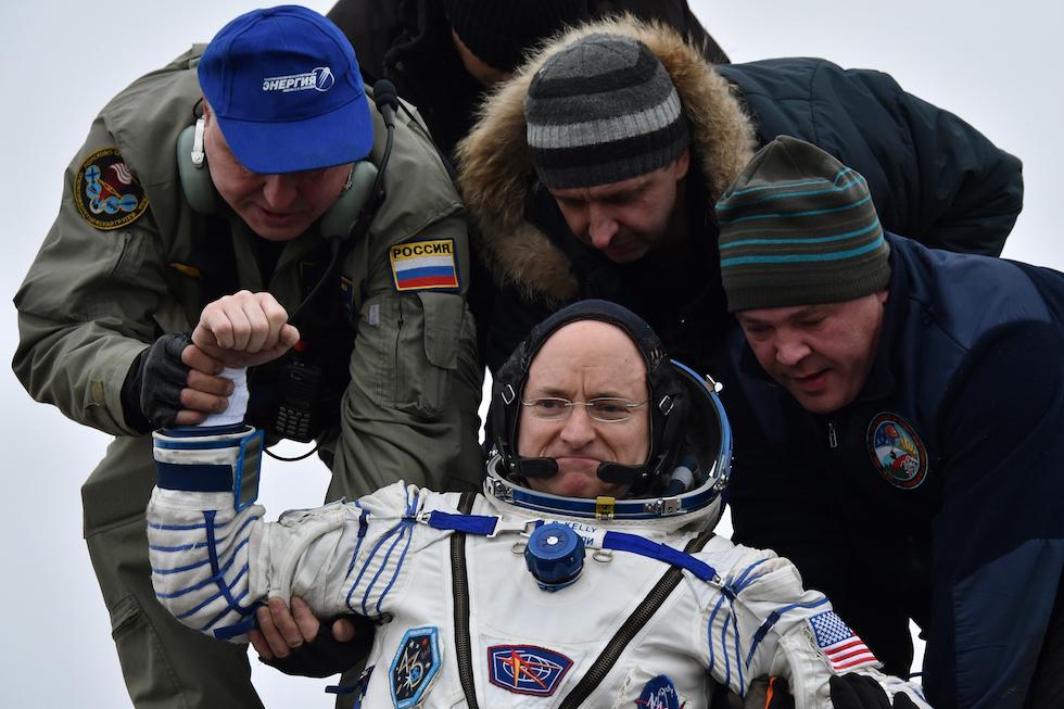 El astronauta estadounidense Scott Kelly en su regreso al planeta Tierra el 2 de marzo, tras pasar 340 días sobre la Estación Espacial Internacional (Krill Kudryavtsev/Pool Photo via AP)