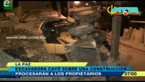 Excavadora cayó sobre una construcción