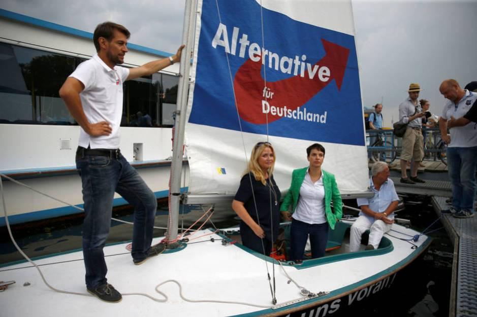 La líder de Alternativa por Alemania, Frauke Petry, participa en un acto en un barco en el río Havel en Berlín, en septiembre de 2016 (Reuters)