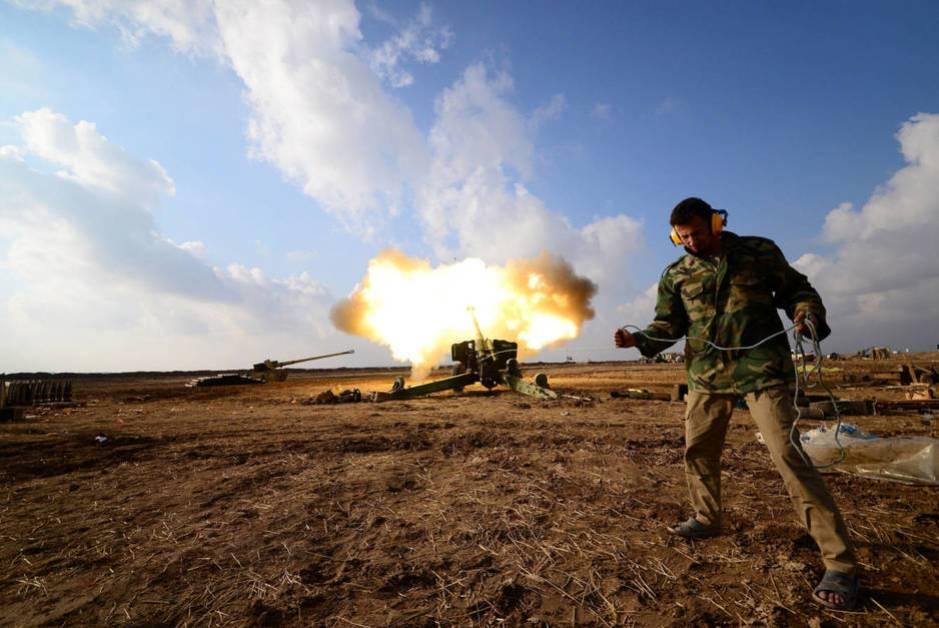 Miembros de una milicia chií lanzan artillería contra posiciones del ISIS en Mosul, el 28 de diciembre de 2016 (Reuters)
