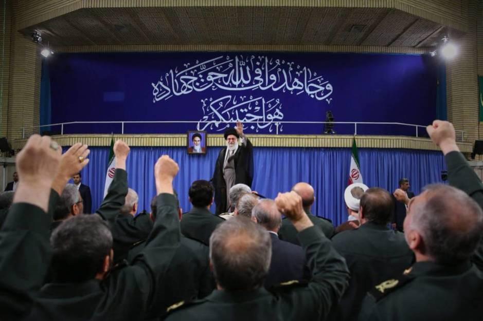 El ayatolá Ali Jamenei se reúne con comandantes del Pasdaran o Guardia Revolucionaria en Teherán, el 18 de septiembre de 2016 (EFE)