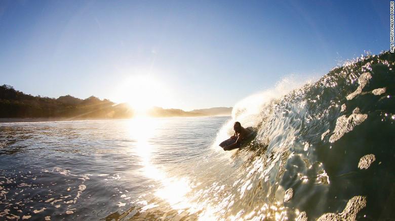 Costa Rica cuenta con lugares impresionantes donde principiantes y expertos pueden hacer surf.