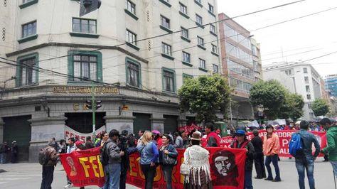 Marcha de los trabajadores de la Caja Nacional de Salud (CNS) durante el paro de 48 horas.