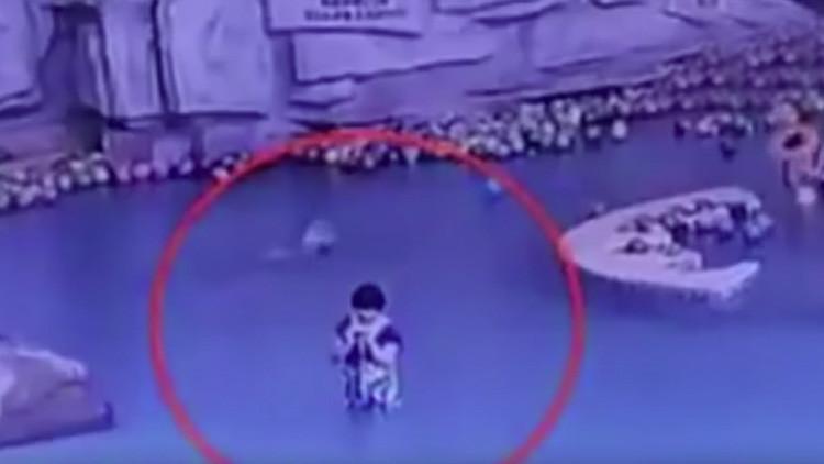 Un niño se ahoga en la piscina mientras su madre mira el teléfono (FUERTE VIDEO)