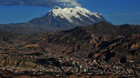 Un paisaje de postal de la ciudad de La Paz, con el nevado Illimani al fondo.