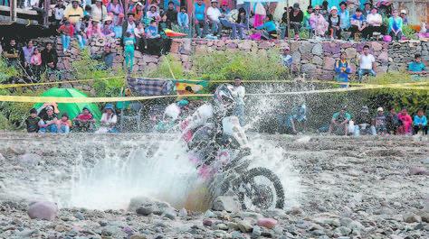 VELOCIDAD. Un motociclista se 'baña' al cruzar un riachuelo.