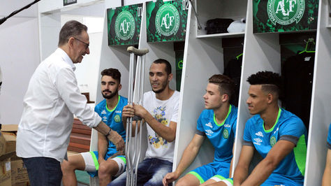 Fotografía cedida por el club Chapecoense hoy, viernes 6 de enero de 2017, que muestra al jugador Hélio Zamper Neto durante la presentación de la nueva plantilla del equipo en Chapecó (Brasil).