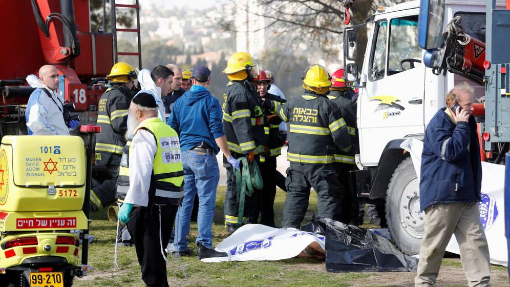 Foto: Efectivos de seguridad y rescate en el lugar del incidente, junto al camión que embistió a varios civiles. (Reuters)