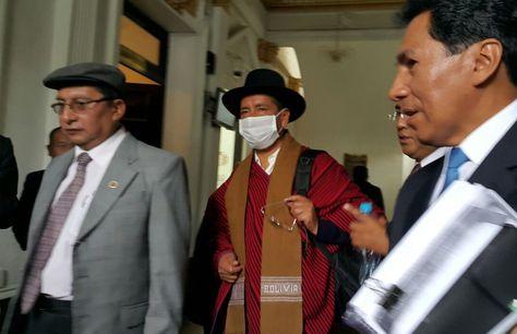 El exmagistrado Gualberto Cusi y sus abogados, tras la suspensión del juicio oral que el Senado sigue en su contra.