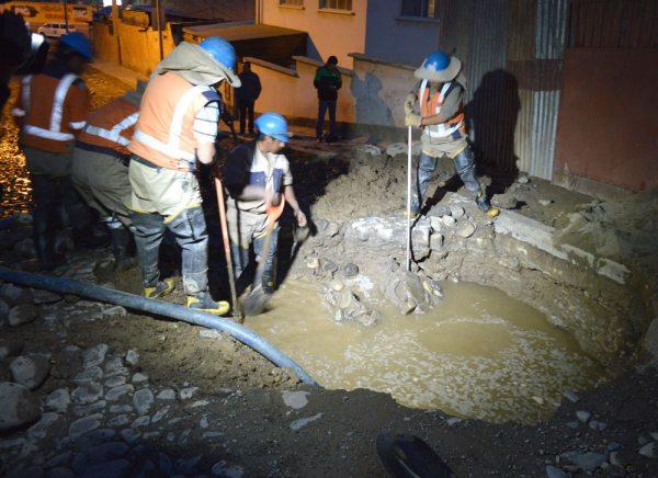 No solamente las válvulas en la ciudad de La Paz son antiguas, sino también las cañerías y estas se rompen, desperdiciando mucha agua potable, cuando se está en plena crisis del líquido elemento.