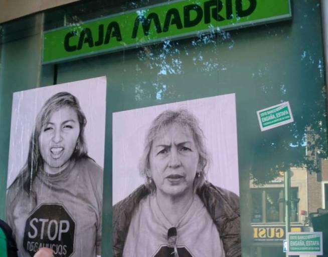 Carteles de protesta por las hipotecas abusivas en una sucursal de la fusionada Caja Madrid.