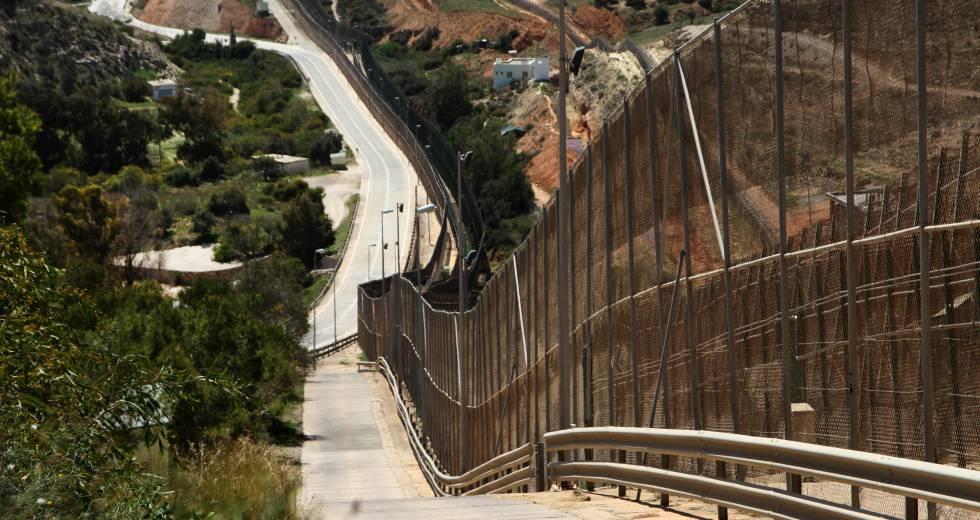 La valla de Melilla y, a su derecha, la marroquí.