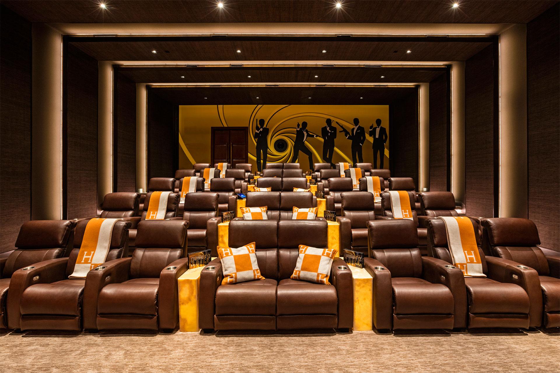 La sala de cine, con detalles exclusivos y una referencia a James Bond (BAM Luxury Development)
