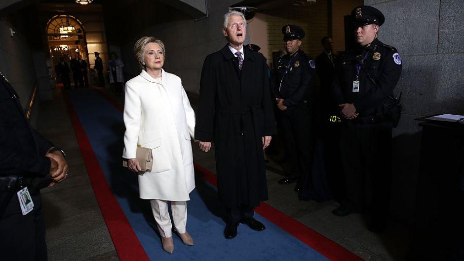 Hillary Clinton y Bill Clinton se preparan para entrar al lado oeste del Capitolio Nacional para la posesión de Trump. (Crédito: Win McNamee/Getty Images)