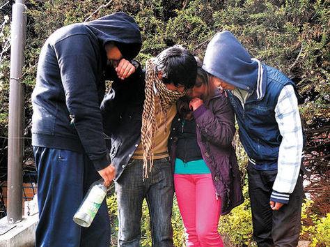 La producción fotográfica muestra a jóvenes bebiendo alcohol, una de las actividades que promueven los pandilleros. Foto: Miguel Rivas