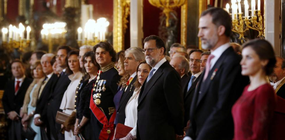 Los Reyes, el presidente del Gobierno, Mariano Rajoy , y el ministro de Asuntos Exteriores y Cooperación, Alfonso Dastis durante la recepción al cuerpo diplomático.