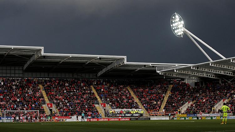 Evacúan a miles de hinchas de un estadio de fútbol en el Reino Unido