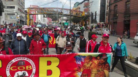 Marcha de la COB en apoyo a los trabajadores de la CNS y en rechazo a la restitución constitucional del preaviso