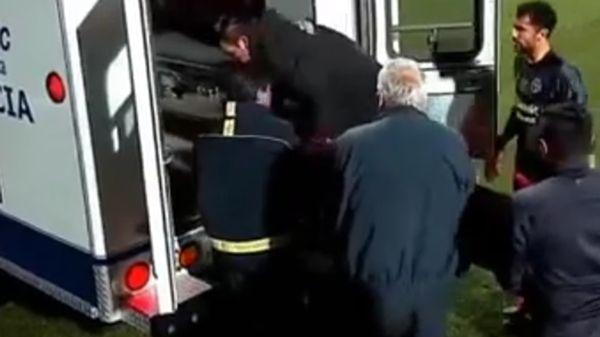 La ambulancia trasladó al jugador al hospital, donde se encuentra estable y fuera de peligro
