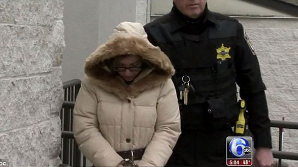 Nina Scott es trasladada a prisión luego de que se recolectaran pruebas en su contra. Se le imputan 34 cargos