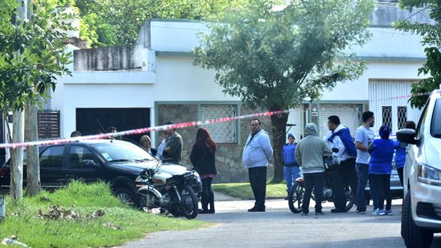 A la mañana, vecinos se juntaron frente a la casa del horror, vallada y custodiada por la policía bonaerense