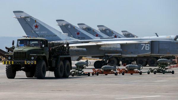 """Bombarderos Su-24 """"Fencer"""" en un aeródromo sirio (AP)"""