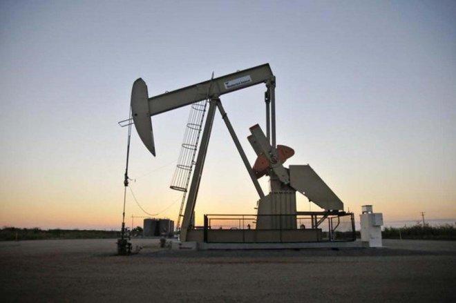 Una unidad de bombeo de crudo operada por Devon cerca de Guthrie, EEUU, sep 15, 2015. Una serie de eventos inesperados redujeron los suministros de petróleo, lo que ha ayudado a estabilizar de nuevo al mercado petrolero mundial y a impulsar los pronósticos de precios en el último mes, mostró el jueves un sondeo de Reuters. REUTERS/Nick Oxford