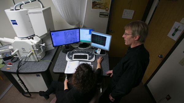El Dr Giulio Tononi y la Dra. Chiara Cirelli durante uno de sus experimentos