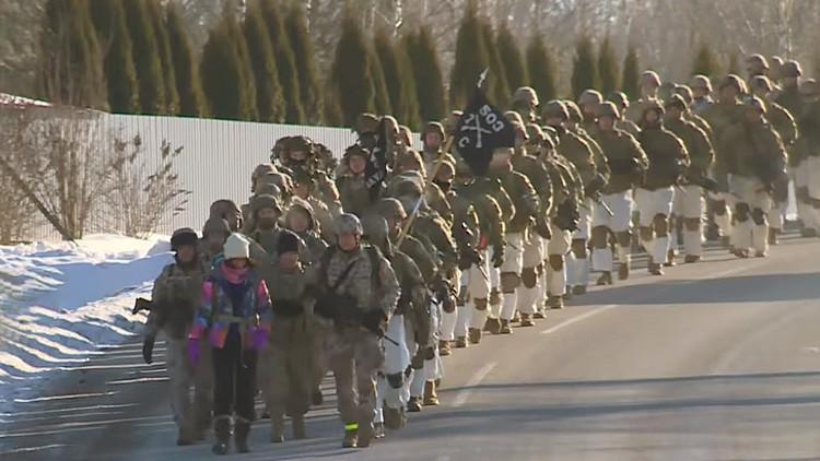 VIDEO: Tropas de la OTAN marchan cerca de la frontera rusa con vehículos militares de EE.UU.