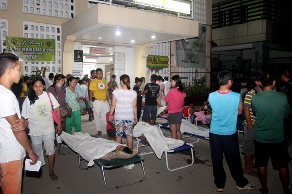 Heridos esperan ayuda médica afuera de un centro de salud. (REUTERS)