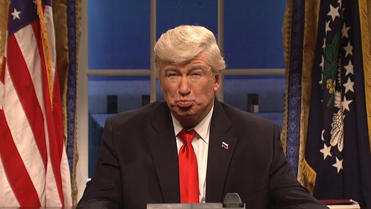 Un diario publica una foto de Alec Baldwin disfrazado de presidente de EE.UU. como si fuera de Trump