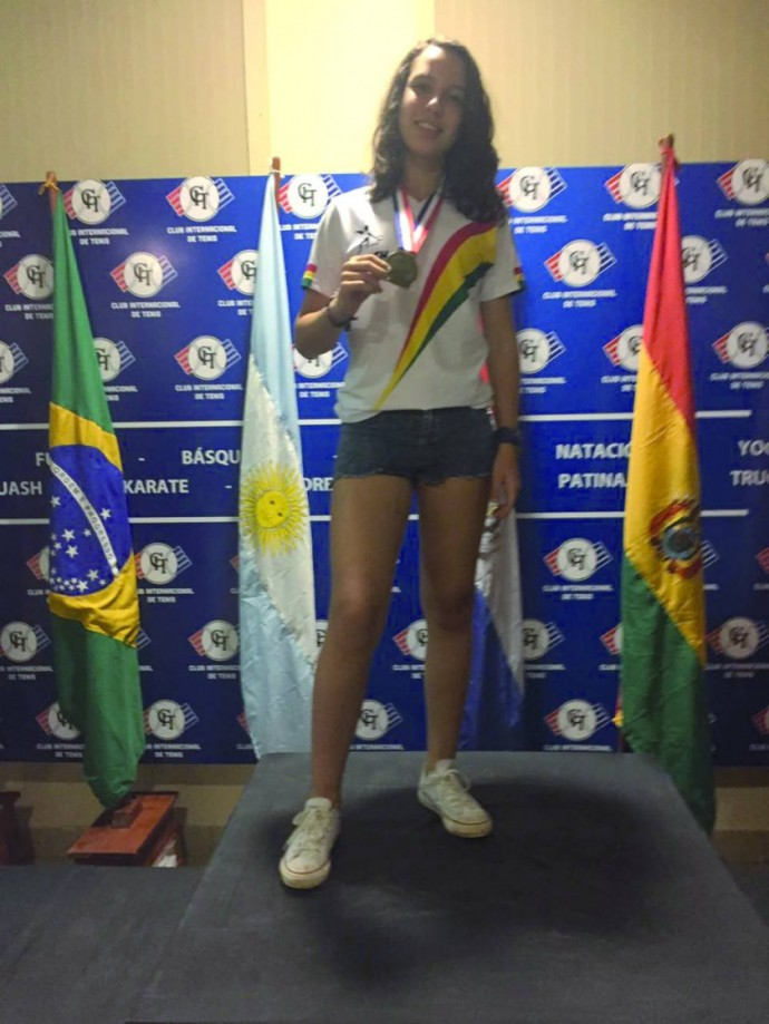 La chuquisaqueña Vanessa Ríos posa con la medalla de bronce, conquistada en el Sudamericano Junior.