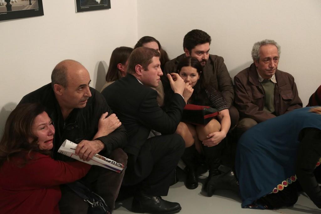 También registró los rostros de las personas que, azoradas, fueron testigos del crimen (AP Photo/Burhan Ozbilici)