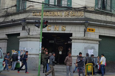El frontis de la Caja Nacional de Salud (CNS) en La Paz. Foto: La Razón