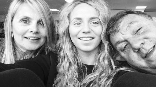 Jessica, en el centro con sus padres Lisa y Gary Sharman