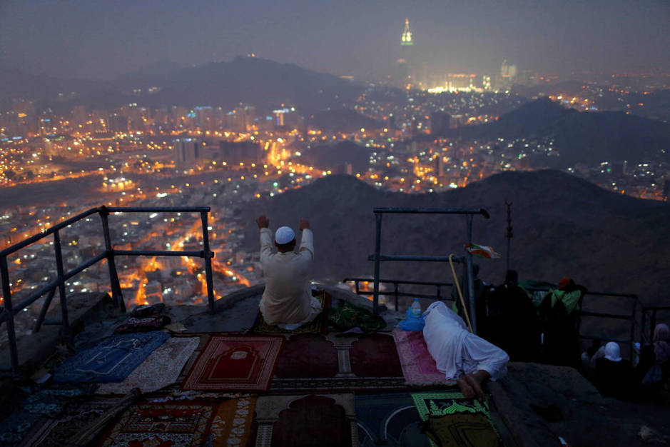 Un peregrino reza en Mount Al-Noor antes de la peregrinación a la Meca, en Arabia Saudí. (Reuters)