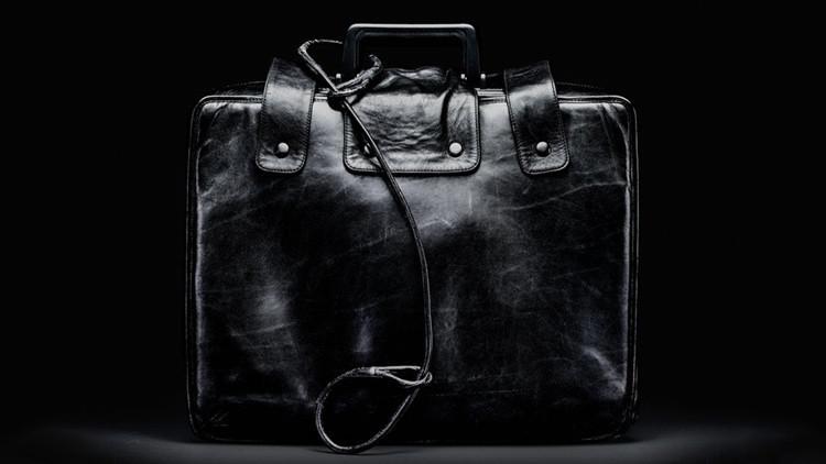 Revelan quién porta el maletín nuclear de Trump (FOTO)