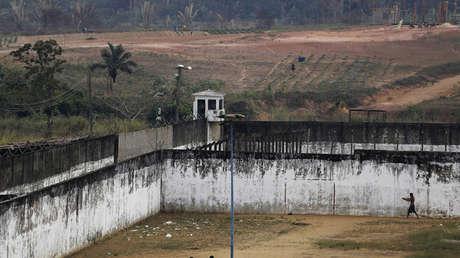 Un preso pasea en un patio de prisión en un complejo de diez prisiones en Porto Velho, en el estado de Rondonia (Brasil), el 28 de agosto de 2015.