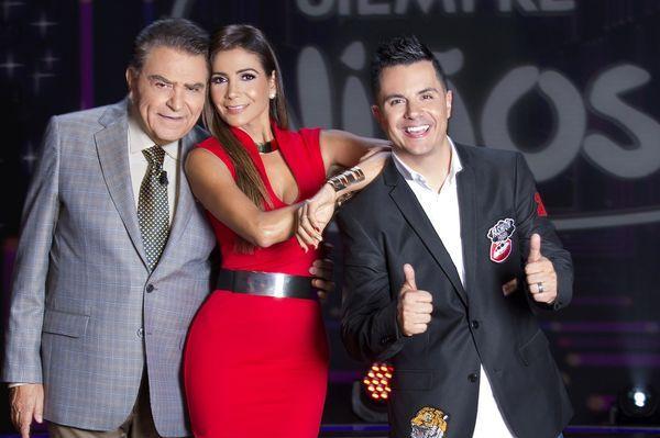 Los actores mexicanos Patricia Manterola y Karim Mendiburu acompañan en la conducción a Don Francisco
