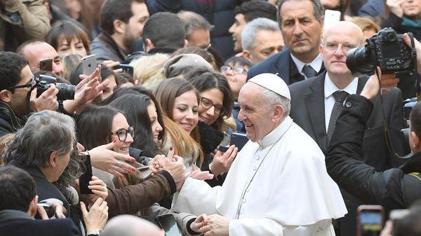 El papa Francisco ante una multitud de estudiantes en Roma (EFE)