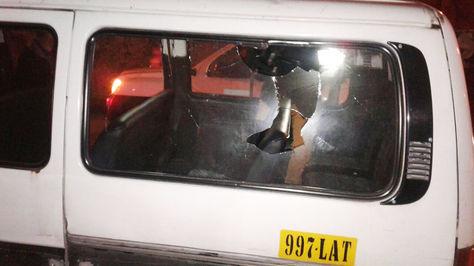 Un proyectil de gas ingresó a un minibus por una de las ventanas