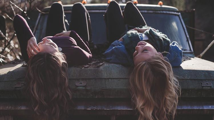 Hallan la diferencia entre la amistad masculina y femenina