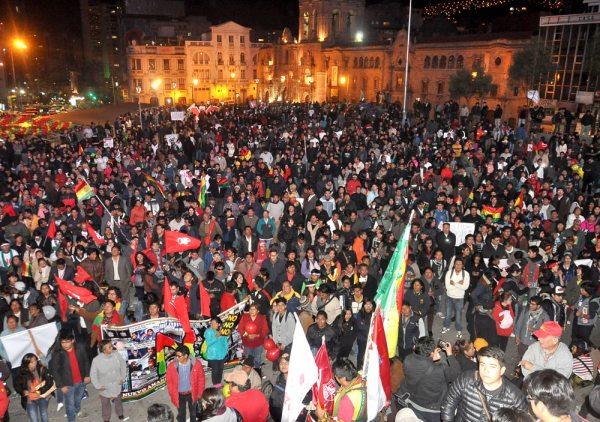 """Cientos de personas se concentraron en la Plaza San Francisco de la Ciudad de La Paz para exigir al Gobierno el respeto al resultado de votos del Referéndum del 21 de febrero de 2016, en el que el """"NO"""" se impuso."""